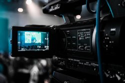 כתוביות באנגלית ובסינית: אתגרים ויתרונות בתרגום סרטים